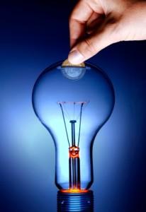 ampoule électrique utilisée comme tirelire : une pièce d'1 euro est glissée dedans