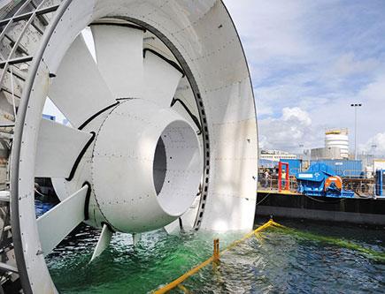 Hydrolienne en cours d'immersion