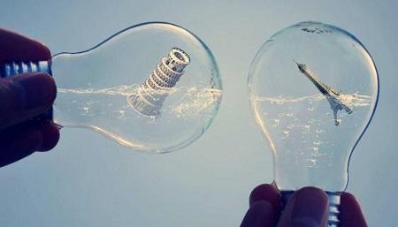 deux ampoules : l'une contenant la tour de Pise, l'autre la tour Eiffel