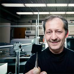Le professeur Mohamed Mohamedi montre un dépôt de nanotubes de carbone sur un substrat de papier carbone