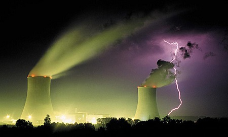 éclair s'abattant à proximité d'une centrale électrique