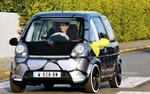 Ségolène Royal conduisant une voiture électrique