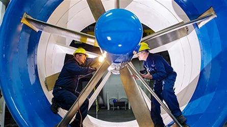 Ouvriers inspectant une hélice d'hydrolienne