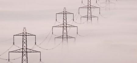 ligne électrique dans le brouillard