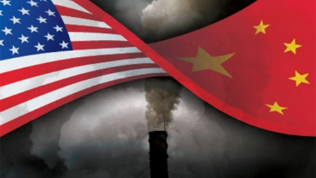 Drapeaux américain et chinois flottant devant une cheminée d'usine