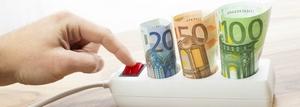 Prise électrique et billets de banque