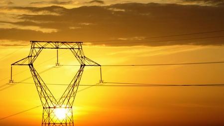 Lignes électriques sous le soleil
